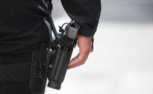 Un policier et son arme de service (illustration).