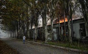Un bâtiment en feu après avoir été touché par une roquette le 21 juillet 2014 à Donetsk