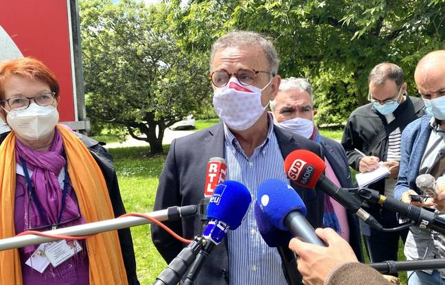 Le maire de Bordeaux Pierre Hurmic avait fait le déplacement au centre de vaccination de Bacalan
