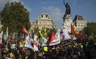 Des manifestants sont réunis Place de la République le 11 octobre 2015 à Paris pour dénoncer la politique de guerre du régime turc