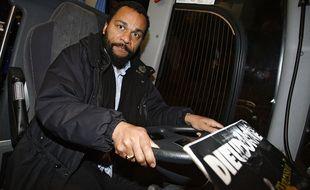 En 2009, privé de salle à Villeneuve d'Ascq, Dieudonné s'était replié dans un bus pour jouer son spectacle.