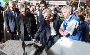 Jordan Bardella, derrière Marine Le Pen (à sa gauche), devant la vache Imminence au Salon de l'Agriculture, le 28 février 2019.