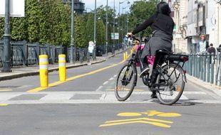 Une femme circulant à vélo sur une voie dédiée  à Rennes (illustration).