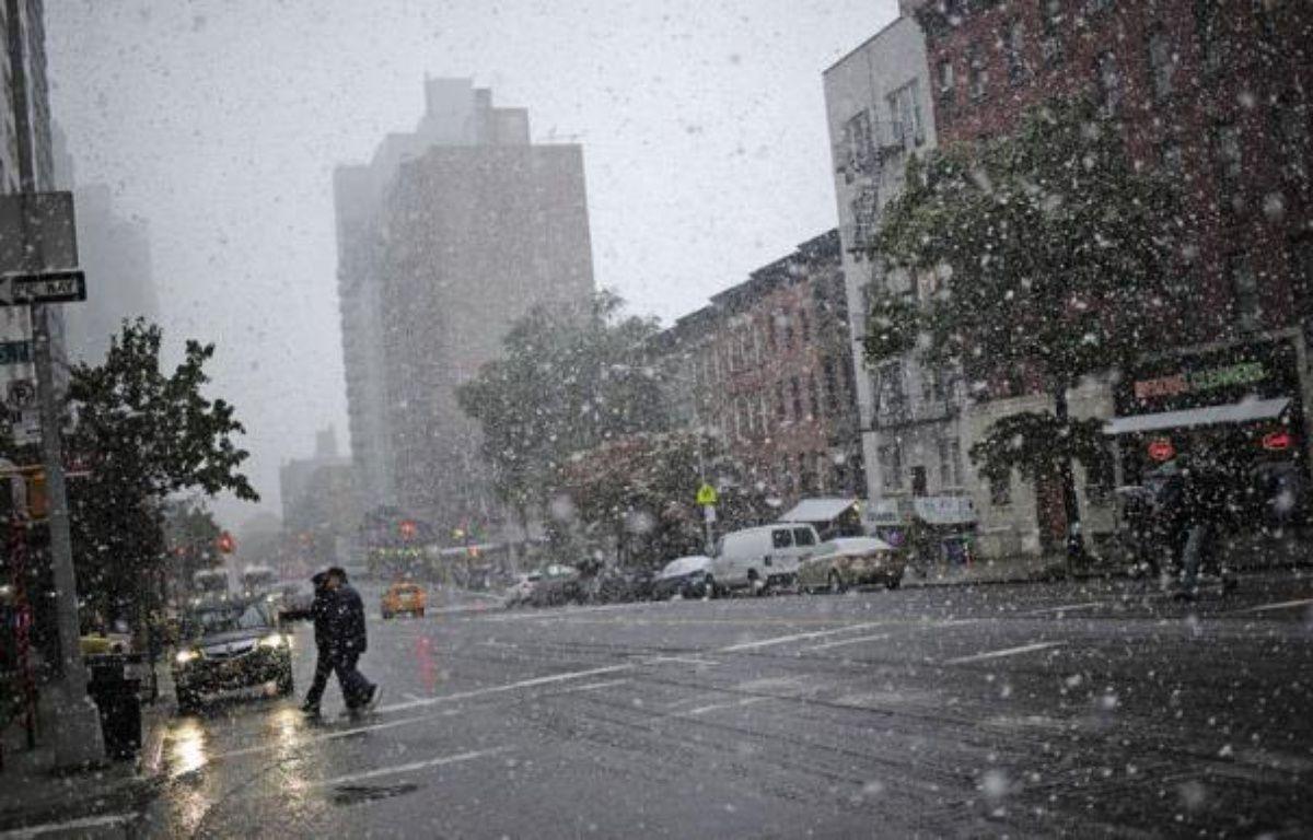 Des chutes de neige et des pluies verglaçantes, rarissimes en cette saison, ont fait trois morts et provoqué de fortes perturbations dans les transports sur la côte Est des Etats-Unis et privé d'électricité 2 millions de personnes, selon des sources concordantes. – Emmanuel Dunand afp.com