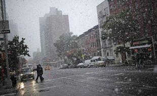 Des chutes de neige et des pluies verglaçantes, rarissimes en cette saison, ont fait trois morts et provoqué de fortes perturbations dans les transports sur la côte Est des Etats-Unis et privé d'électricité 2 millions de personnes, selon des sources concordantes.