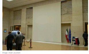 Capture d'écran du site de la Tribune de Genève, montrant la statue recouverte aux Nations Unies, à Genève, le 14 octobre 2013.