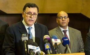 Le Premier ministre libyen désigné, Fayez al-Sarraj (g), le 15 février 2016 à Skhirat au Maroc