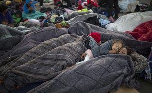 Des migrants se reposent à Tijuana, au Mexique, près de la frontière avec lesEtats-Unis, le 23 novembre.