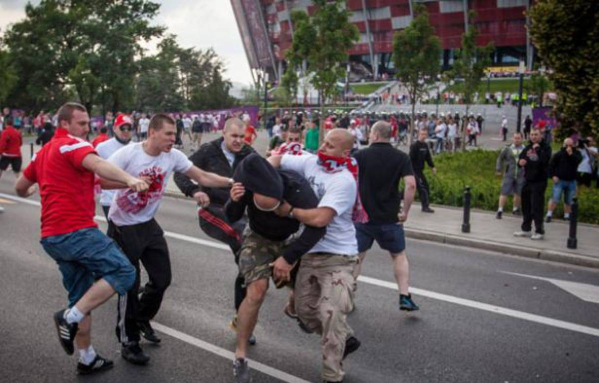 Des supporters russes et polonais se seont affrontés avant le match qui a opposé leurs équipes nationales à l'Euro, le 12 juin 2012.  – WOJTEK RADWANSKI / AFP