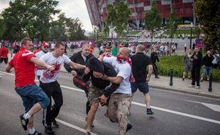 Des supporters russes et polonais se seont affrontés avant le match qui a opposé leurs équipes nationales à l'Euro, le 12 juin 2012.