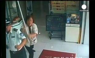 Les caméras de surveillance de cette banque chinoise filment l'intervention de la femme de ménage pour arrêter le braqueur.