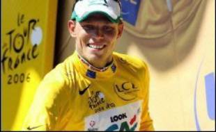 L'Australien Robbie McEwen s'est adjugé au sprint la deuxième étape du Tour de France cycliste, lundi, à Esch-sur-Alzette (Luxembourg) où le Norvégien Thor Hushovd a récupéré le maillot jaune.