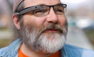 L'ingénieur de Google,Greg Priest-Dorman, avec un prototype de Glass monté sur des verres correcteurs.