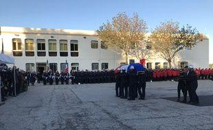 Le cercueil de Norbert Savornin dans la cour du centre de secours de Martigues