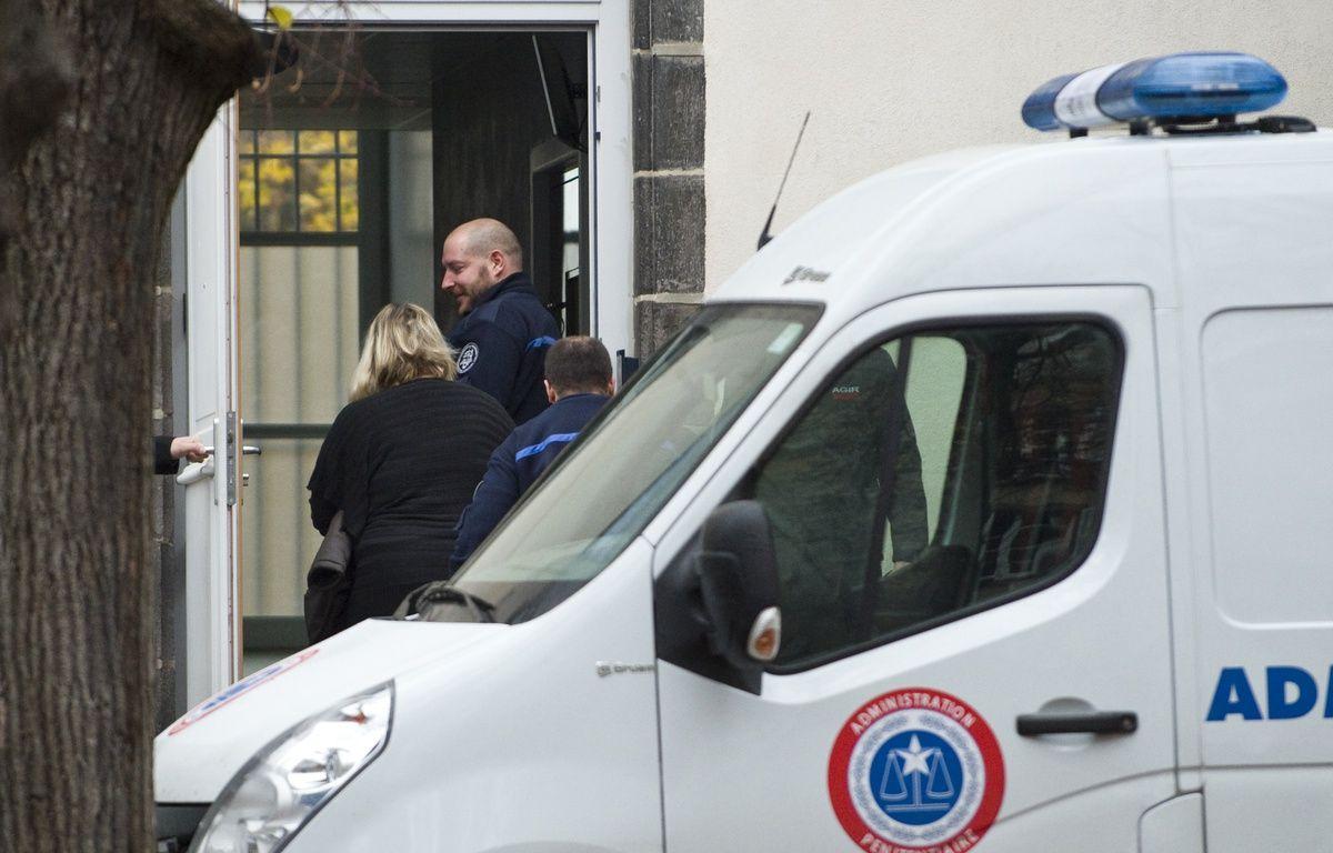 Riom (Puy-de-Dôme), le 14 novembre 2016. Cécile Bourgeon sort du fourgon pénitentiaire pour rejoindre la cour d'assises où elle est jugée pour la mort de sa fille, Fiona, en 2013. – Thierry Zoccolan / AFP