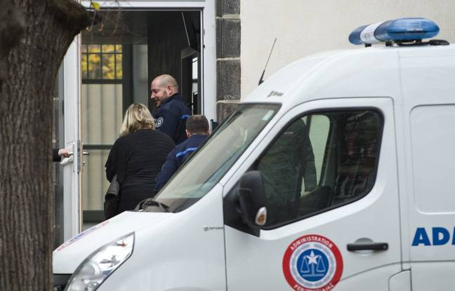 Riom (Puy-de-Dôme), le 14 novembre 2016. Cécile Bourgeon sort du fourgon pénitentiaire pour rejoindre la cour d'assises où elle est jugée pour la mort de sa fille, Fiona, en 2013.