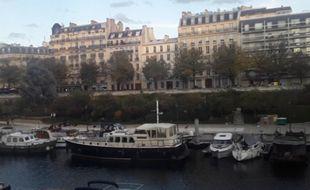 """A deux pas du métro Bastille et de l'Opéra, des  """"pénichards"""" se sont installés sur le port de l'Arsenal. Un mode de vie flottant qui tranche avec l'agitation   de circulation routière quelques mètres plus  haut, sur le boulevard de la Bastille."""