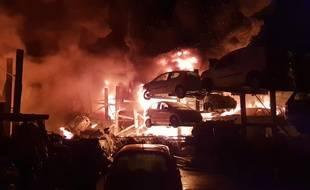 L'incendie d'une casse automobile s'est déclaré dans la nuit de mercredi à jeudi.