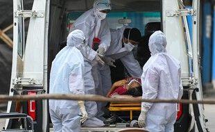 Des soignants accueillent un malade du Covid-19 à l'hôpital de Mumbai, le 22 avril 2021.