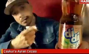 Le rappeur turc Ceza dans une publicité pour une marque de thé.