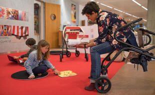 A la bibliothèque ou au musée, la flâneuse aide à déambuler ou... à s'asseoir.