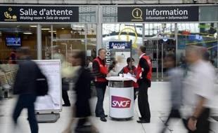 Des employés de la SNCF tiennent un guichet mobile de renseignement le 19 juin 2014 près des quais à la gare d'Austerlitz à Paris