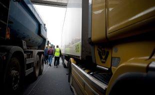 """Les """"gilets jaunes"""" et les chauffeurs de VTC filtrent les accès au marché de Rungis. Un mouvement reconductible."""