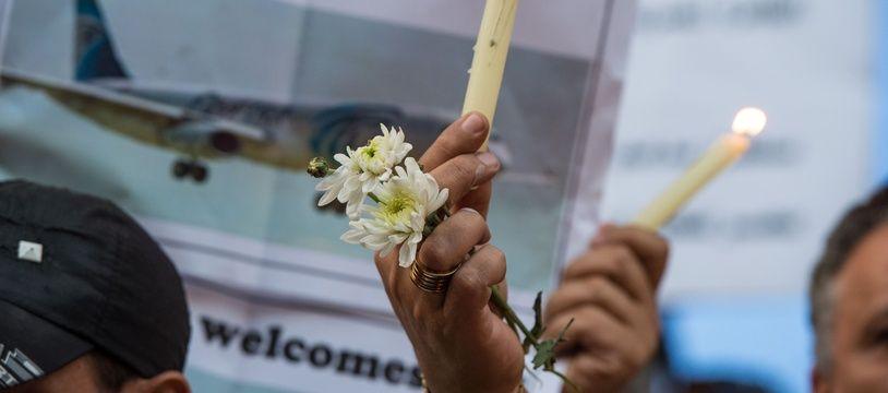 Un rassemblement organisé au Caire en Egypte le 24 mai 2016 en hommage aux victimes du crash d'un avion de la compagnie EgyptAir, disparu le 19 mai 2016 en mer Méditerranée.