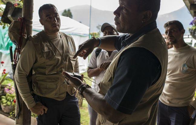 24 AVRIL 2018, COLOMBIE : Aderito Ismael, chef des opération de déminage pour Handicap International en Colombie, analyse un déclencheur artisanal trouvé récemment par les démineur.
