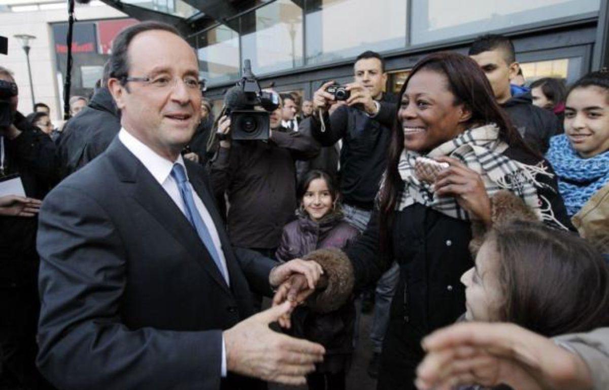 """Le candidat PS à l'Elysée, François Hollande, a salué mercredi la France des banlieues """"qui entreprend, qui émerge, qui s'engage"""", accusant la droite de les avoir """"abandonnéees, reléguées, stigmitisées"""". – Patrick Kovarik afp.com"""