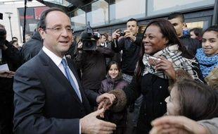 """Le candidat PS à l'Elysée, François Hollande, a salué mercredi la France des banlieues """"qui entreprend, qui émerge, qui s'engage"""", accusant la droite de les avoir """"abandonnéees, reléguées, stigmitisées""""."""