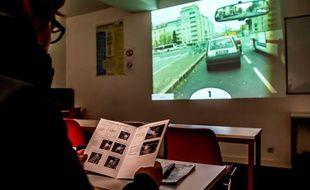 Un candidat révise l'épeuve du Code de la route dans une auto-école, à Dijon le 10 février 2016.Credit:KONRAD K./SIPA/