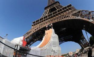 La champion de roller, Taig Khris se jette de la Tour Eiffel pour battre le record du monde du saut le plus haut en roller, le 29 mai 2010.