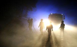 Les pompiers en action sur le feu de Biguglia, dimanche.