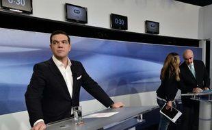Le dirigeant de la gauche Syriza Alexis Tsipras (G) et le chef de Nouvelle-Démocratie (droite) Vangelis Meimarakis se préparent à un débat télévisé le 14 septembre 2015 à Athènes