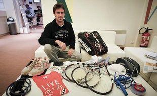 Edouard Roger-Vasselin nous montre le contenu de son sac à Roland Garros, ele 28 mai 2013.