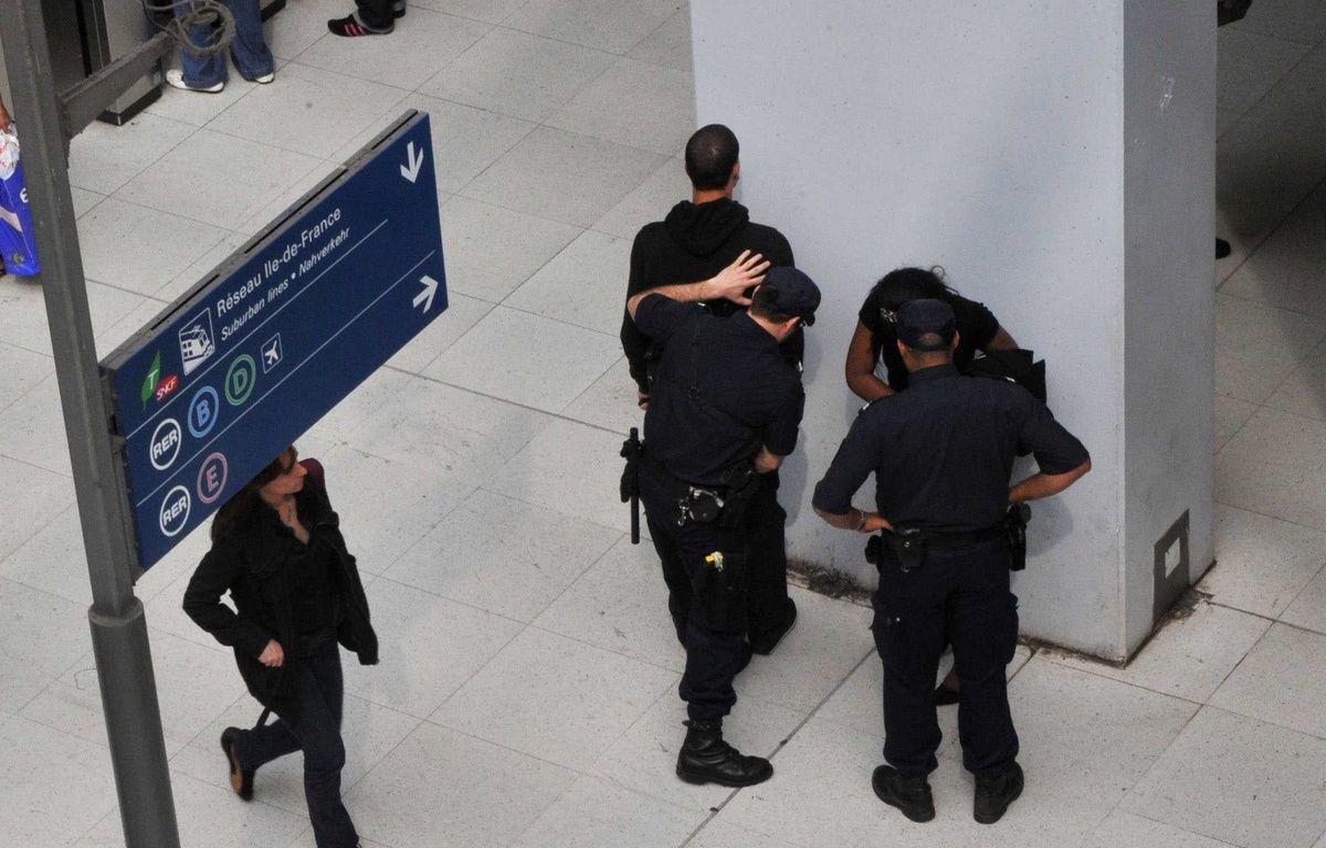 Les policiers effectuent un contrôle d'identité à Gare du Nord. (Illustration) –  HADJ/SIPA