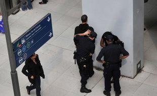 Les policiers effectuent un contrôle d'identité à Gare du Nord. (Illustration)