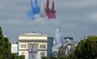 Les jets de la patrouille de France participent au défilé militaire du 14 juillet 2015, volant au dessus des Champs-Elysées