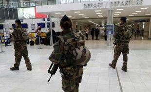 Des militaires français patrouillent à l'aérport de Nice le 22 mars 2016