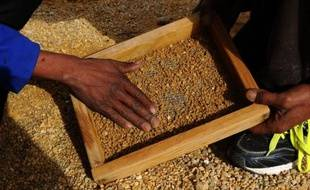 La mine de diamants a officiellement fermé depuis que le groupe De Beers a quitté Komaggas, mais des centaines de prospecteurs clandestins ont investi les lieux pour récupérer quelques gemmes. Au péril de leur vie.