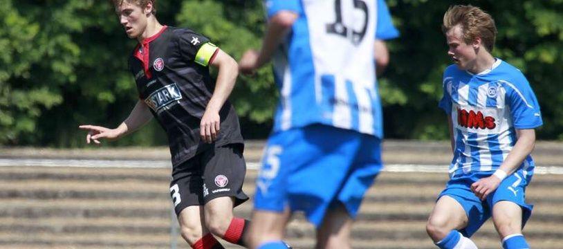 Le néo-Lyonnais Joachim Andersen, ici lors d'une rencontre avec les U17 du FC Midtjylland (Danemark), fait partie des prometteurs joueurs formés dans la meilleure académie danoise.