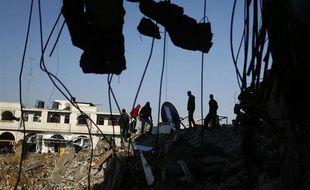 Des Palestiniens inspectent les décombres d'une maison à Gaza City le 20 novembre 2012.