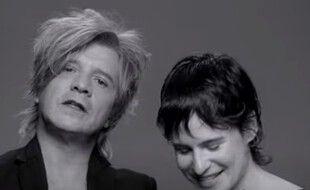 Nicola Sirkis et Chris dans le clip de 3SEX