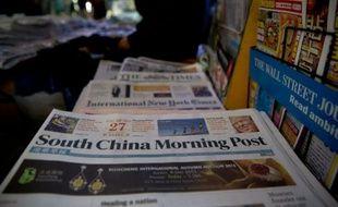 Des exemplaires du South China Morning Post, le 28 novembre 2015 dans un kiosque à journaux à Hong Kong