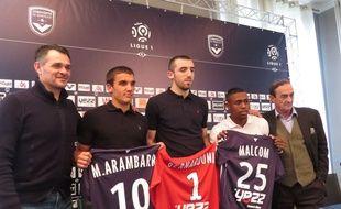 L'entraîneur des Girondins Willy Sagnol (à g.) et son président Jean-Louis Triaud (à d.) entourent leurs trois jeunes recrues du mercato, Mauro Arambarri, Paul Bernardoni et Malcolm (de g. à d.).