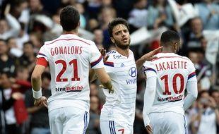 Clément Grenier est félicité par Maxime Gonalons et Alexandre Lacazette suite à son premier but de la saison, samedi face à l'Evian-TG (2-0). JEFF PACHOUD