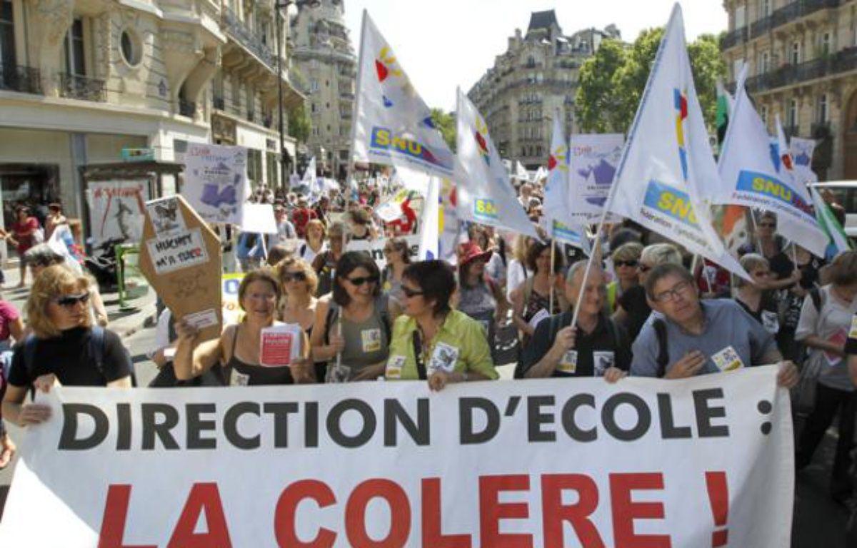 Des enseignants défilent, le 18 mai 2011 à proximité du ministère de  l'Education nationale, à Paris, pour protester contre les suppressions de postes d'enseignants à la rentrée 2011. – AFP PHOTO / PATRICK KOVARICK
