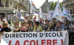 Des enseignants défilent, le 18 mai 2011 à proximité du ministère de  l'Education nationale, à Paris, pour protester contre les suppressions de postes d'enseignants à la rentrée 2011.