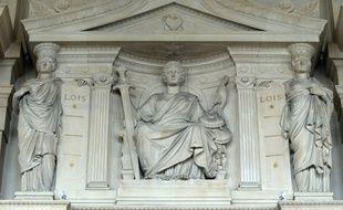 La cour d'appel de Paris confirme le renvoi en procès de Julien Coupat et de Yildune Levy pour un sabotage de ligne TGV en 2008, mais en estimant qu'il ne s'agit pas de faits terroristes